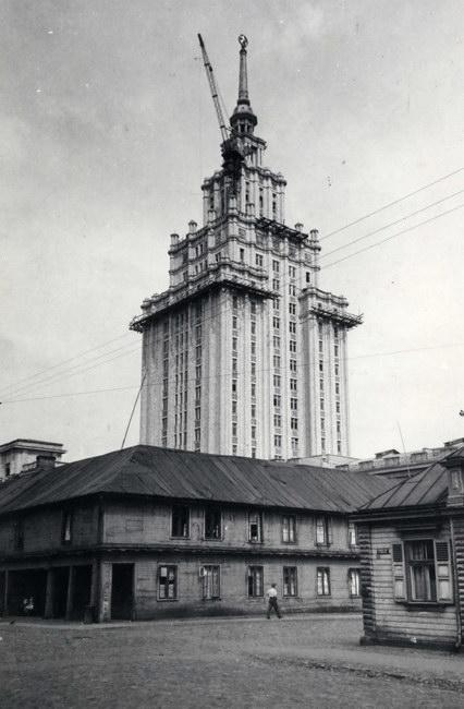 L'Académie des Sciences de Riga au dessus des maisons en bois du quartier Moscou.